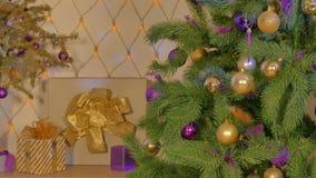 Dekorerad julgran mot bakgrunden av en girland arkivfilmer