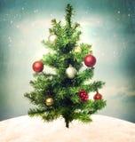 Dekorerad julgran på bergstoppet royaltyfri foto