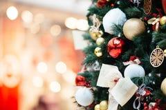 Dekorerad julgran på suddig bakgrund Arkivfoto