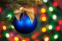 Dekorerad julgran på suddig, brusande- och febackgro Royaltyfri Fotografi