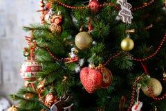 Dekorerad julgran på suddig, brusande- och febakgrund Fotografering för Bildbyråer