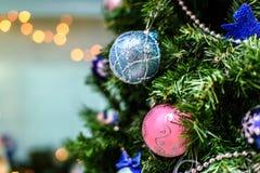 Dekorerad julgran på suddig, brusande- och febakgrund Arkivfoton