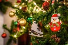Dekorerad julgran på suddig, brusande- och febakgrund Royaltyfri Bild