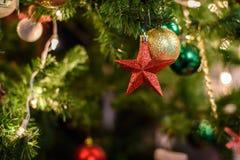 Dekorerad julgran på suddig, brusande- och febakgrund Royaltyfri Fotografi