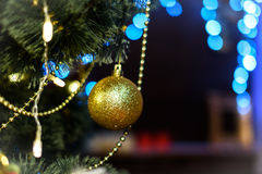 Dekorerad julgran på suddig, brusande- och febakgrund Royaltyfria Foton