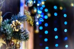 Dekorerad julgran på suddig, brusande- och febakgrund Arkivbild