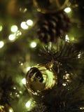 Dekorerad julgran på suddigt, brusande Royaltyfria Bilder