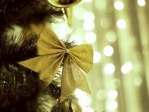 Dekorerad julgran på suddigt, brusande Arkivbilder