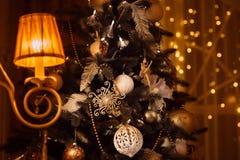 Dekorerad julgran som skins med den klassiska lampetten Royaltyfria Bilder