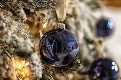 Dekorerad julgrancloseup bollar och upplyst girland med ficklampor Royaltyfri Fotografi