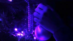 Dekorerad julgrancloseup upplyst girland med ficklampor arkivfilmer