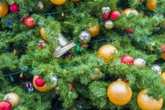 Dekorerad julgrandetalj som fyller ramen royaltyfri fotografi