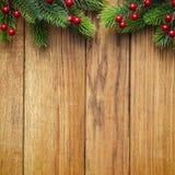 Dekorerad julgrangräns på wood panel royaltyfri bild