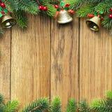 Dekorerad julgrangräns på wood panel arkivfoto