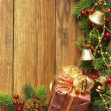 Dekorerad julgrangräns på wood panel arkivbilder