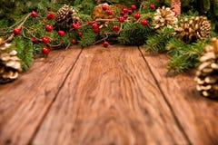 Dekorerad julgranträd och kotte Arkivfoto
