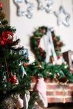 Dekorerad julspis med leksaker Royaltyfria Bilder
