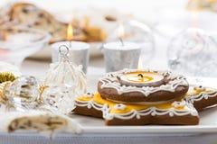 Dekorerad jultabell med pepparkakastearinljuset Royaltyfri Fotografi