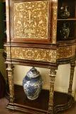 Dekorerad kabinett och vas i ett härligt landshus nära västra Leeds - yorkshire som inte är en nationell förtroendeegenskap royaltyfria foton