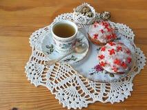 Dekorerad kalanchoe för påsken blommar kakan och att laga mat för en vegetarian bantar arkivbild