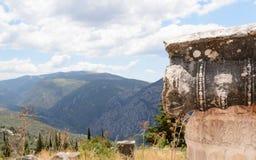 dekorerad kolonn på Delfi, Grekland Royaltyfri Fotografi
