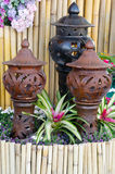 Dekorerad krukmakeri i trädgården med bromelia Royaltyfria Bilder