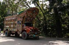 Dekorerad lastbil 07 05 2015 Karakoram huvudväg, Pakistan Arkivbilder