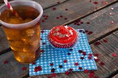Dekorerad muffin och kall drink med 4th det juli temat Royaltyfri Foto