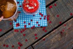 Dekorerad muffin och kall drink med 4th det juli temat Arkivfoto