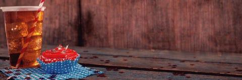 Dekorerad muffin och kall drink med 4th det juli temat Arkivfoton