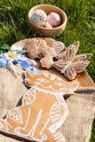 Dekorerad pepparkaka på en träplatta Arkivbild
