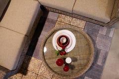 Dekorerad plats med te och stearinljus Arkivfoto