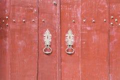 Dekorerad röd dörr Royaltyfri Bild