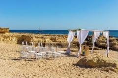 Dekorerad romantisk brölloptabell på stranden Royaltyfri Bild