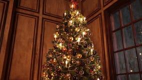 Dekorerad ruminre för nytt år träd i klassisk stil lager videofilmer