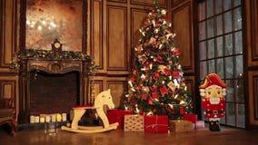 Dekorerad ruminre för nytt år träd i klassisk stil arkivfilmer