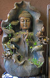 Dekorerad springbrunn med skulptur av Buddha Royaltyfri Foto