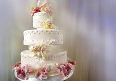 Dekorerad stor vit bröllopstårta Fotografering för Bildbyråer