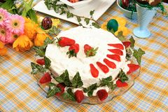Dekorerad tårta med jordgubbar Royaltyfri Fotografi