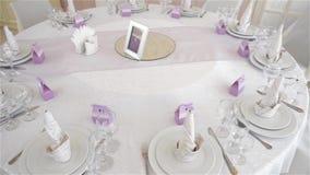 Dekorerad tabell för en bröllopmatställe, härlig tabellinställning arkivfilmer