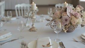 Dekorerad tabell för en gifta sig matställe med brinnande stearinljus lager videofilmer