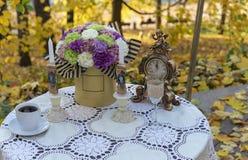Dekorerad tabell i ett gatakafé mot bakgrunden av hösten royaltyfri bild