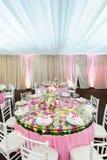 Dekorerad tabell med härliga blommor i den eleganta restaurangen för det perfekta bröllopet Arkivbild