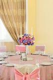 Dekorerad tabell med härliga blommor i den eleganta restaurangen för det perfekta bröllopet Arkivbilder