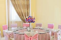 Dekorerad tabell med härliga blommor i den eleganta restaurangen för det perfekta bröllopet Royaltyfria Foton