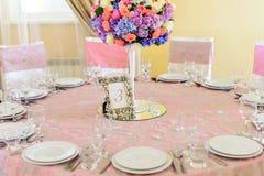 Dekorerad tabell med härliga blommor i den eleganta restaurangen för det perfekta bröllopet Fotografering för Bildbyråer