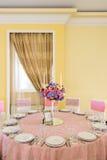 Dekorerad tabell med härliga blommor i den eleganta restaurangen för det perfekta bröllopet Royaltyfria Bilder