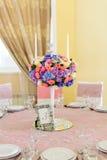 Dekorerad tabell med härliga blommor i den eleganta restaurangen för det perfekta bröllopet Arkivfoto