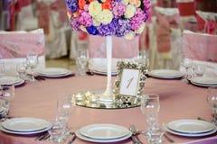 Dekorerad tabell med härliga blommor i den eleganta restaurangen för det perfekta bröllopet Arkivfoton