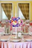 Dekorerad tabell med härliga blommor i den eleganta restaurangen för det perfekta bröllopet Royaltyfri Foto